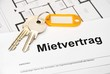Mietvertrag mit Schlüssel und orangem Anhänger