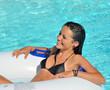 Jolie jeune femme dans une piscine