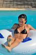 Jeune femme calme dans une piscine