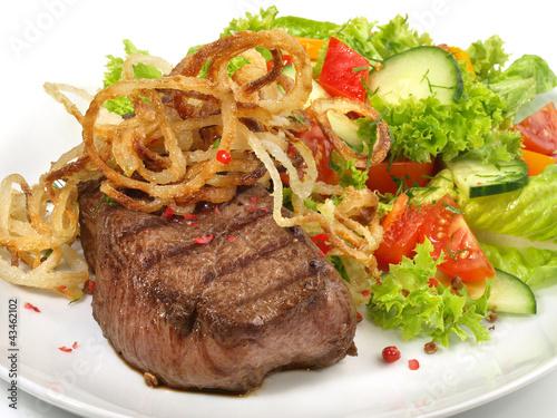 Steak mit Salat und Röstzwiebeln