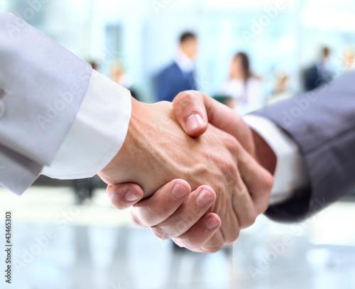 Geschäftshändedruck und Geschäftsleute