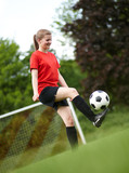 Frau beim Fußball hochhalten