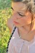 Portrait de jolie jeune femme assise dans l'herbe