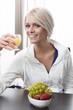 Hübsche Frau frühstückt