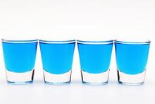 Alkoholowy kieliszkach czterech w niebieski de.