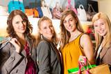 Vier Freundinnen beim Shoppen im Kaufhaus