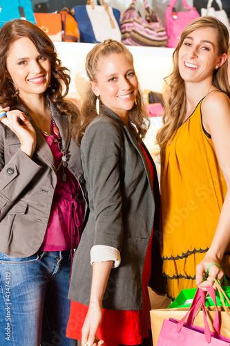 Drei Freundinnen beim Shoppen im Laden