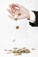 Рука сыплющая монеты