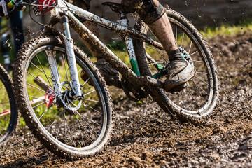 Mountainbiker im Schlamm