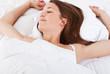 Attraktive junge Frau schläft im Bett