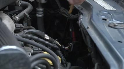 Beim Auto Ölstand prüfen