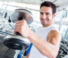 Homme fort à la salle de gym