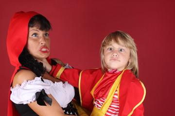 Niño rubio con caperucita roja