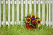 Blumenstrauß am Zaun
