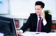 attraktiver junger mann führt freundliches telefonat