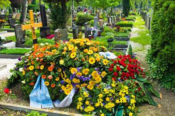 Ein frisches Grab auf einem Friedhof