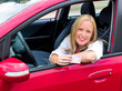 Junge Frau mit Führerschein