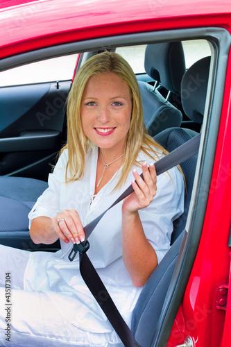 Frau gurtet sich vor der Fahrt an