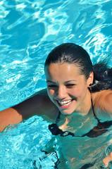Jeune femme souriante dans l'eau
