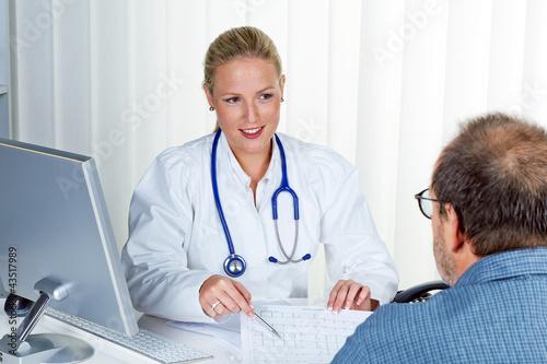 Ärztin mit Stethoskop spricht mit Patienten