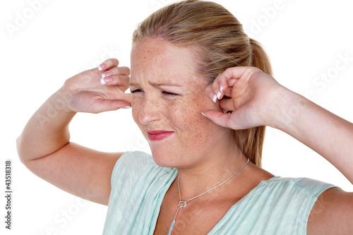 Frau hält Finger in die Ohren