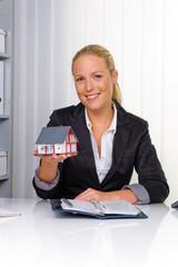 Immobilienmaklerin in ihrem Büro