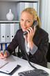 Frau mit Telefon im Büro