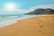 Empreintes de pas sur la plage de Patara en Turquie