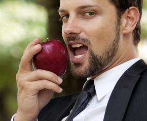 primo piano modello con mela