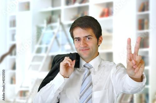 Junger Geschäftsmann in Siegerpose