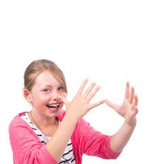 Brünettes Mädchen dreht lange Nase, freigestellt