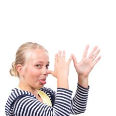 Blondes Mädchen dreht lange Nase, freigestellt