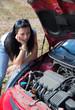 Frau hat bei ihrem Auto eine Panne. Motorschaden