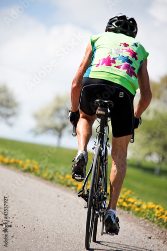 Senior fährt Fahrrad auf einem Rennrad