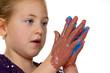 Kind malt mit Fingerfarben