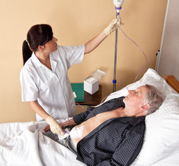 Krankenschwester gibt einem Patienten eine Infusio