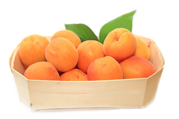 Aprikosen im Holzkörbchen