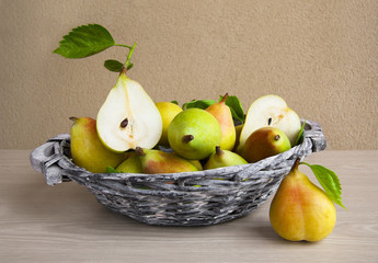 Cesto con peras.