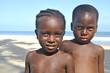 Junge und Mädchen am Strand in Afrika