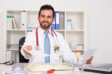 Junger Arzt überreicht Unterlagen.