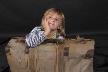 Niño rubio con maleta