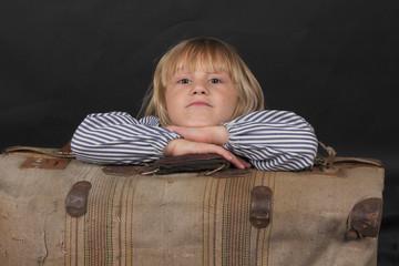 Niño con maleta
