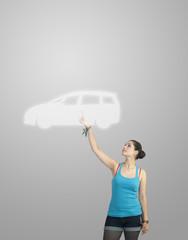 Femme montrant une voiture