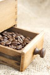 Du café dans le tiroir d'un vieux moulin