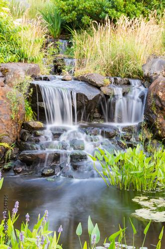 Plakat Płynący wodospad w parku