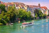 Promenade en bateau-mouche sur le Rhin a Bâle , Suisse.