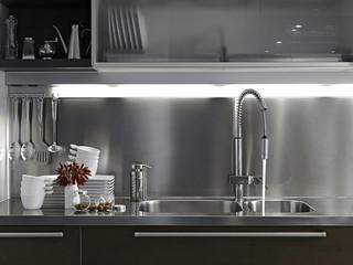 stoviglie e vaso di peperoncini in cucina moderna