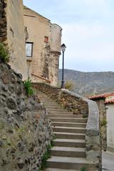 Vista de la entrada de un pueblo del sur de Francia