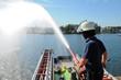 Feuerwehrmann an Wasserkanone