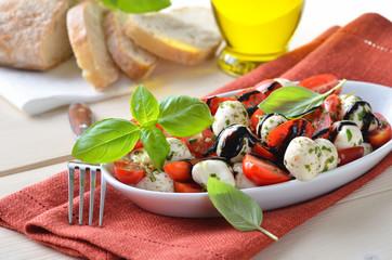 Tomaten-Mozzarella-Salat mit Basilikum und Balsamico